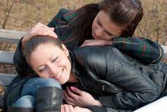 Deux filles détendent en stationnement Image stock