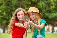 Deux filles d'école explorant la nature photo stock