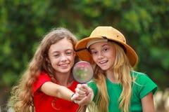 Deux filles d'école explorant la nature images stock