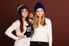 Deux filles d'adolescent dans des vêtements d'hiver Photographie stock