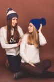 Deux filles d'adolescent dans des vêtements d'hiver Images stock