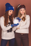 Deux filles d'adolescent dans des vêtements d'hiver Photos stock