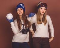 Deux filles d'adolescent dans des vêtements d'hiver Photo stock