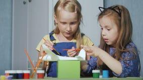 Deux filles d'amies peignent un avion de jouet Jeux éducatifs pour des enfants clips vidéos