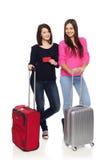 Deux filles d'amis avec des valises de voyage Photographie stock libre de droits