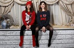 Deux filles d'amis dans des chandails Photos stock