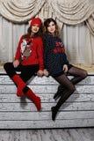 Deux filles d'amis dans des chandails Photos libres de droits