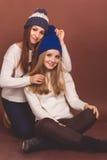 Deux filles d'amis dans des vêtements d'hiver Photos libres de droits