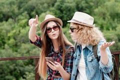 Deux filles dans des chapeaux voyageant par des ruines Images libres de droits