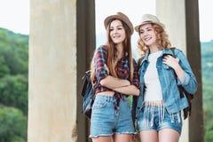 Deux filles dans des chapeaux voyageant par des ruines Photographie stock