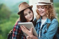 Deux filles dans des chapeaux voyageant par des ruines Photos stock