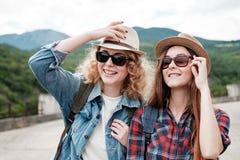 Deux filles dans des chapeaux voyageant par des ruines Photographie stock libre de droits