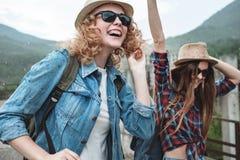 Deux filles dans des chapeaux voyageant par des ruines Photos libres de droits