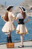 Deux filles dans des costumes de pirate à l'extérieur photos libres de droits