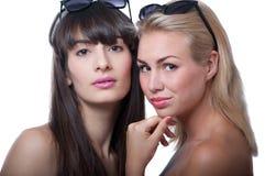 Deux filles dans des lunettes de soleil Photographie stock libre de droits
