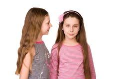 Deux filles dans l'âge de dix et d'onze parlant Photographie stock libre de droits