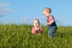 Deux filles dans l'herbe Images libres de droits