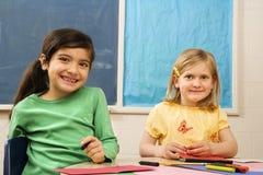 Deux filles dans la salle de classe. Photos stock