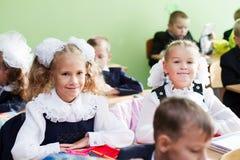 Deux filles dans la salle de classe sur la première leçon de la première de S Images stock
