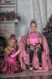 Deux filles dans le rose pour Noël Photos stock