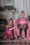 Deux filles dans le rose pour Noël Photographie stock libre de droits