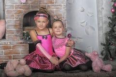 Deux filles dans le rose pour Noël Photographie stock