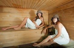 Deux filles dans le sauna Image stock