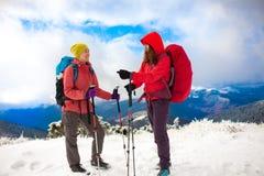 Deux filles dans les montagnes en hiver Photo libre de droits
