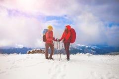 Deux filles dans les montagnes en hiver Images libres de droits