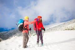 Deux filles dans les montagnes en hiver Photographie stock libre de droits