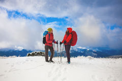 Deux filles dans les montagnes en hiver Photos stock