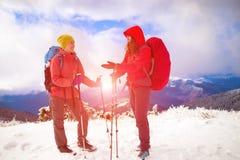 Deux filles dans les montagnes en hiver Image libre de droits