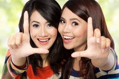 Deux filles dans une amitié heureuse Photos stock