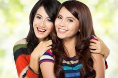 Deux filles dans une amitié heureuse Images stock