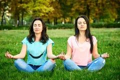Deux filles dans une pose de lotus image stock