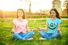 Deux filles dans une pose de lotus photos stock