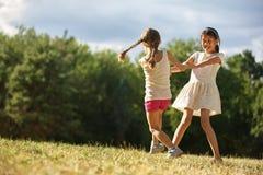 Deux filles dansant et tenant des mains Image libre de droits