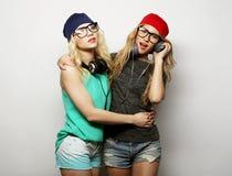 Deux filles de beauté avec un microphone Image libre de droits