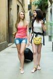 Deux filles de cheerfull avec le bagage Photos stock