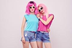 Deux filles de hippie, étreindre rose de coiffure de mode photos libres de droits
