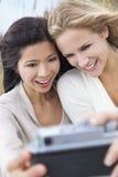 Deux filles de jeunes femmes prenant la photographie de Selfie Photos libres de droits
