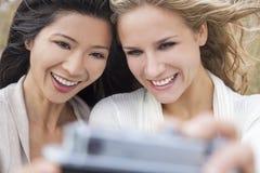 Deux filles de jeunes femmes prenant la photographie de Selfie Photo libre de droits