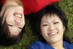 Deux filles de l'adolescence asiatiques heureuses Photo libre de droits