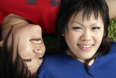 Deux filles de l'adolescence asiatiques heureuses Images stock