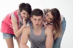 Deux filles de l'adolescence attirantes et un garçon ont l'amusement, Photographie stock