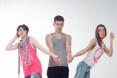 Deux filles de l'adolescence attirantes et un garçon ont l'amusement, Photos stock