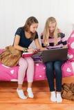 Deux filles de l'adolescence faisant le travail ensemble Photographie stock