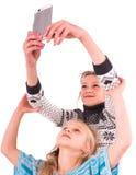 Deux filles de l'adolescence font le selfie sur un fond blanc Image libre de droits