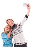 Deux filles de l'adolescence font le selfie sur un fond blanc Images stock