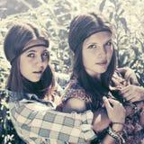 Deux filles de l'adolescence heureuses dans une forêt d'été Photo stock